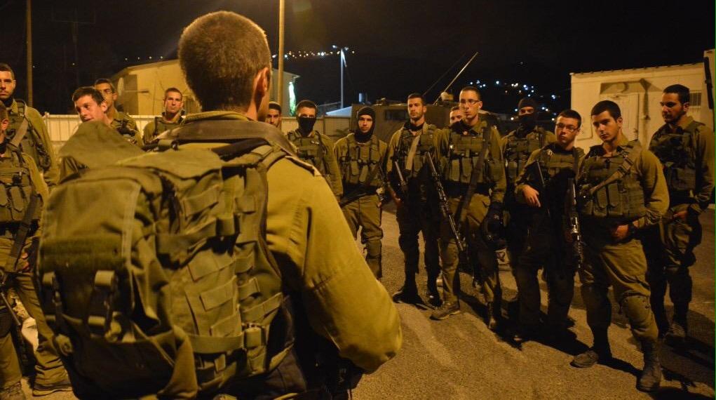Kövekkel dobálták a palesztinok a katonákat Ciszjordániában, egy éjszakai gyakorlat közben