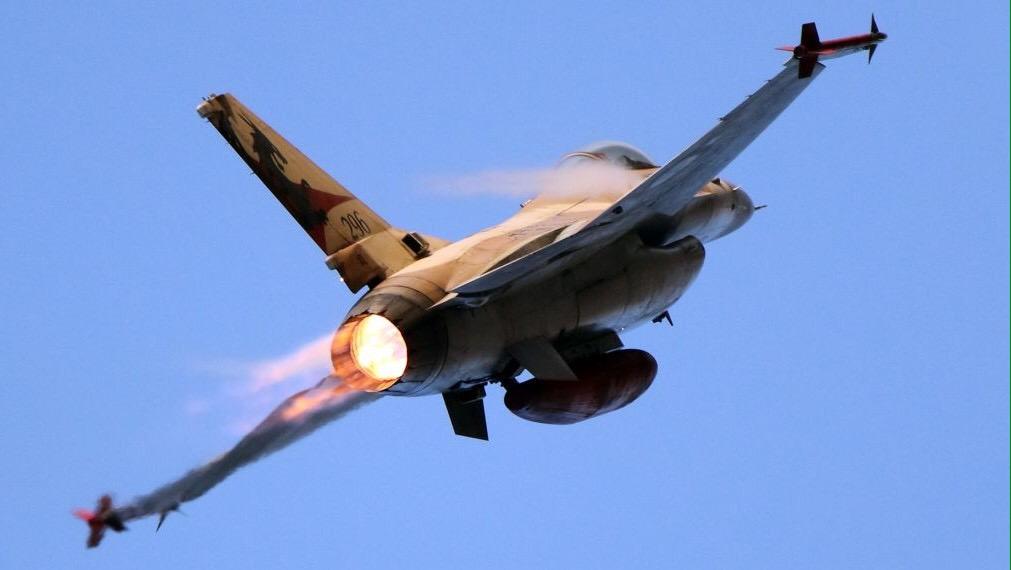 Izraeli vadászgépek állítólag lebombáztak egy fegyverszállító konvojt Szíriában